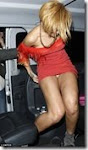 Rihanna luta para manter o mini-<br>vestido no sitio