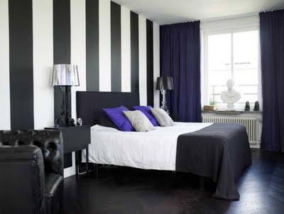 Amor Imparable (nick y tu)♥  Nueva novela♥  - Página 5 Dormitorio+en+blanco+y+negro+con+toques+de+azul+pared+de+rayas+blancas+y+negras%255B1%255D