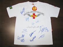 Essa camiseta pode ser sua. Camiseta autografada por KELLY SLATER e todos Campeões Mundiais de Surf