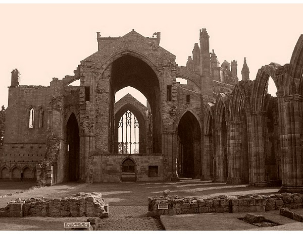 SCOTLAND - The ruins of Melrose Abbey. / @JDumas