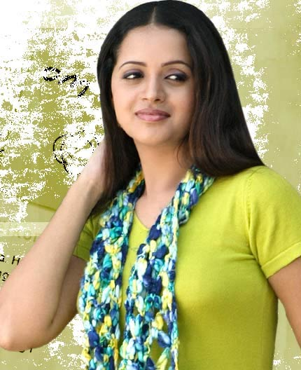South indian mallu actress Bhavana hot saree wet cleavage and navel show image galeery