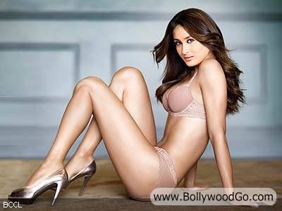 kareena kapoor hot wallpapers in bikini. Kareena Kapoor in Bikini