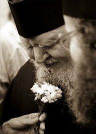 Părintele Teofil Părăian rostind versuri...