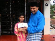 Wakil KoperasiMuslimin menyampaikan Sumbangan Hari Raya kepada adik Nabilah (kanak-kanak istimewa)