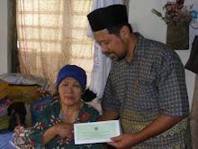 Wakil KoperasiMuslimin menyampaikan sumbangan kepada Warga Tua di JB