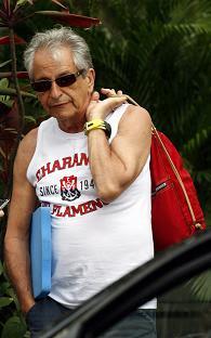 Gabeira indo nadar no Flamengo com uma mochila Kipling