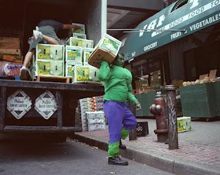 Hulk carregando caixas