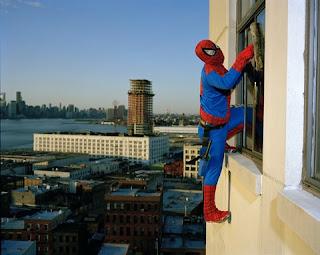 Homem aranha limpando vidraças