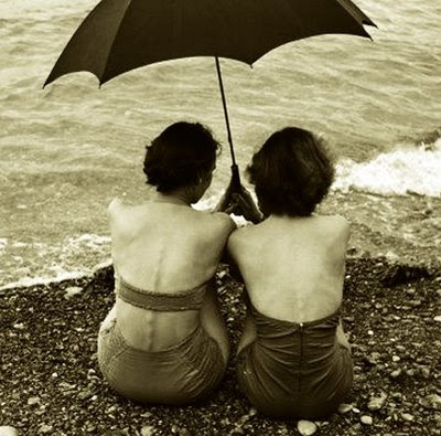 mulheres na praia com chuva