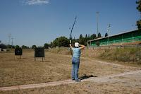Practicando tiro con arco en las pistas de la zona universitaria