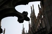 La Madonnina en conversación con uno de los habitantes del cielo de Milano