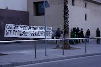 Jóvenes leyendo un manifiesto a favor de la revuelta en Grecia del 2008 en la plaza del MACBA en Barcelona