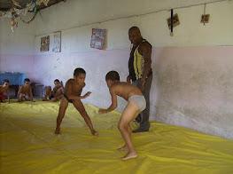 Niños de Contramaestre practica la lucha libre con su entrenador Emiliano Tamayo.