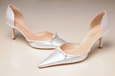 Wedding shoes are simple and elegant.