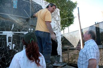 Sassano colaborando con el Mural de Scannapieco.