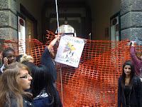 Alcuni manifestanti bloccano l'entrata della sede Cepu a Vicenza