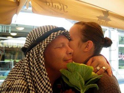 รูปคนจูบกัน หนุ่มสาวอาหรับ ในห้างใหญ่