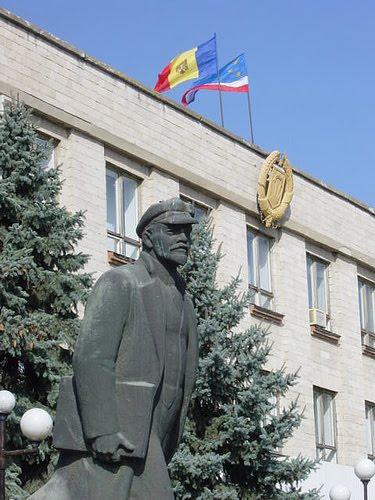 El socialismo real europeo protegió a los pueblos pequeños y minorías nacionales  Lenin+en+komrat