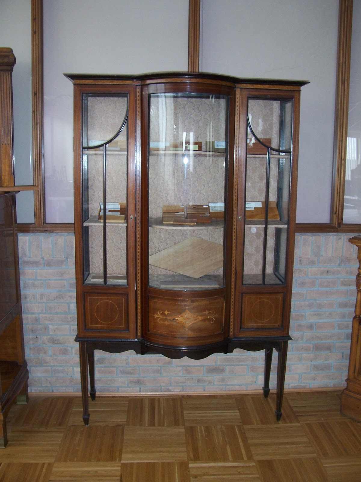 Parquet e mobili masselli for Tavolino con vetrina