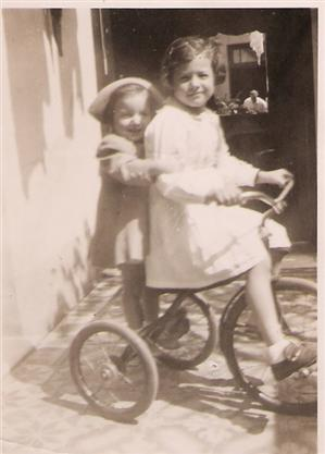 un triciclo en el patio de los abuelos..