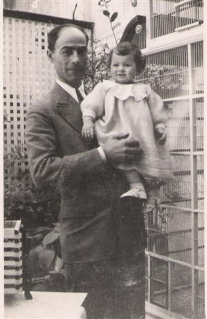 Mi abuelo y mi madre junto a la pajarera.