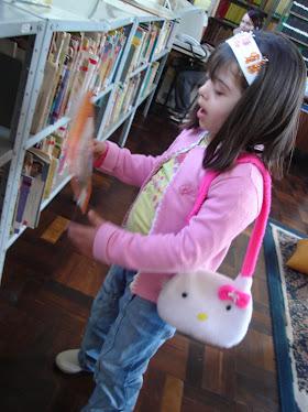 Luisa na Biblioteca