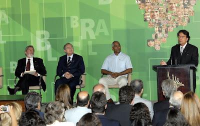 Lula écoutant son ministre de la Santé, José Gomes Temporão