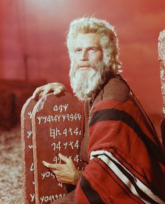 Moisés (Charlton Heston, RIP) muestra las tablas de las Diez Sugerencias