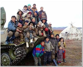 Дети возле танка