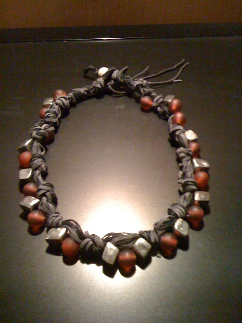 Collana di cotone e cuoi vellutato con perle rosse satinate e cubi irregolari di acciaio