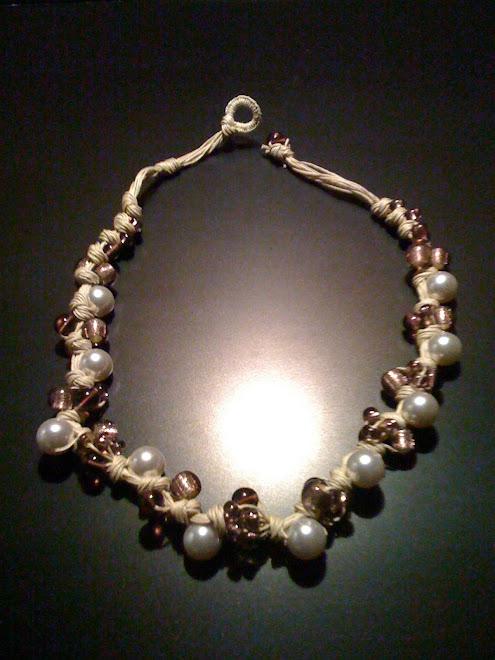 Collana di cotone color sabbia con perle e vetri e cristalli