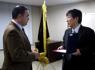 El vicepresidente de Aesba y director comercial de Underwater MS, Juan Manuel Cuenca, recibe una metopa de manos del presidente de la KSA, Cheong Hae Yong