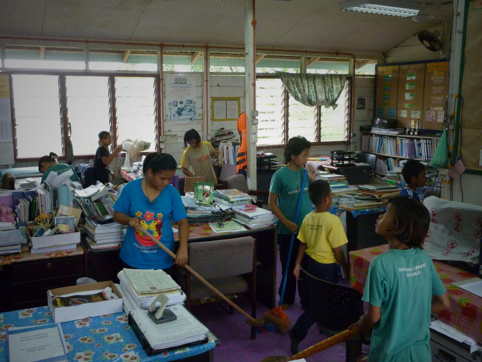 Gotong-royong membersih bilik guru