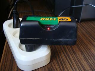 Как сделать своими руками: Самодельный зарядник для ...: http://delaem-sami.blogspot.com/2010/08/blog-post_05.html
