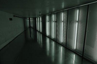 Corredor interior com iluminação