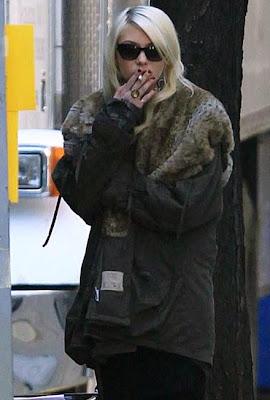 taylor momsen smoking