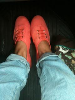 >Där jag går i mina korallfärgade skor...