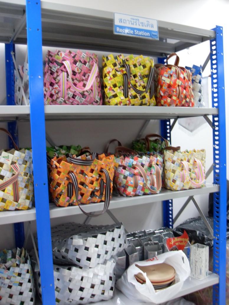 วิธีทำกระเป๋า กระเป๋ากล่องนม วิธีสาน กล่องนม ของใช้แล้ว ลดขยะ รีไซเคิล วัสดุเหลือใช้ ไอเดีย