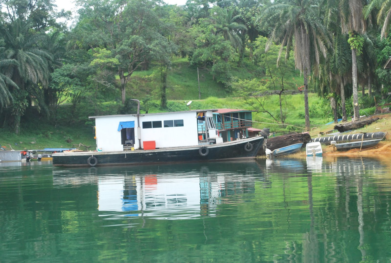 Wan 39 s footprints the world house boats in kenyir lake for Minimalist house boat