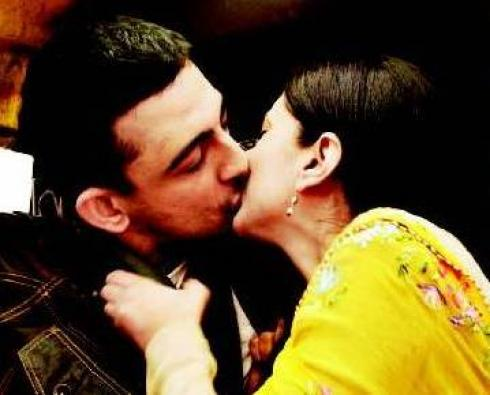 Bollywood Aditi Rao & Anuroday Singh kissing together in Ye Saali Zindagi