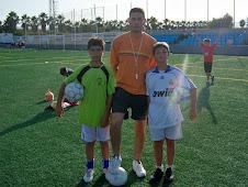 Pep Coll, con dos jugadores, en el campus 2008