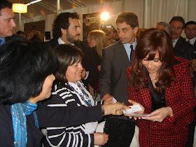 Aca yo entregando mis publicidades a Presidenta Cristina