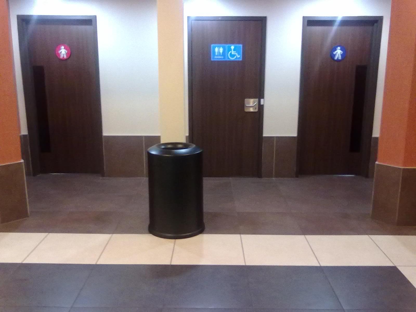Presença de sanitário acessível localizado em rota acessível  #8A5441 1600x1200 Banheiro Adaptado Nbr 9050