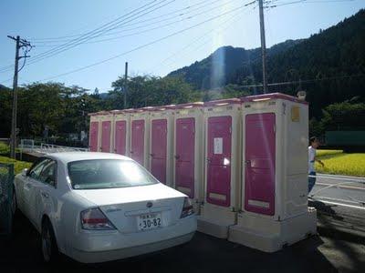 体育館脇の簡易トイレ