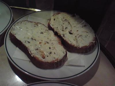 スモークサーモン付属のチーズトースト