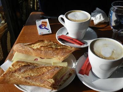 サンドウィッチとカフェオレ