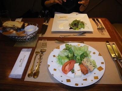 前菜のサラダ(手前)