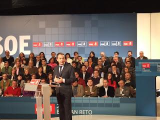 Zapatero con los alcaldes socialistas tras el éxito del plan municipal de empleo. 8 de febrero de 2009