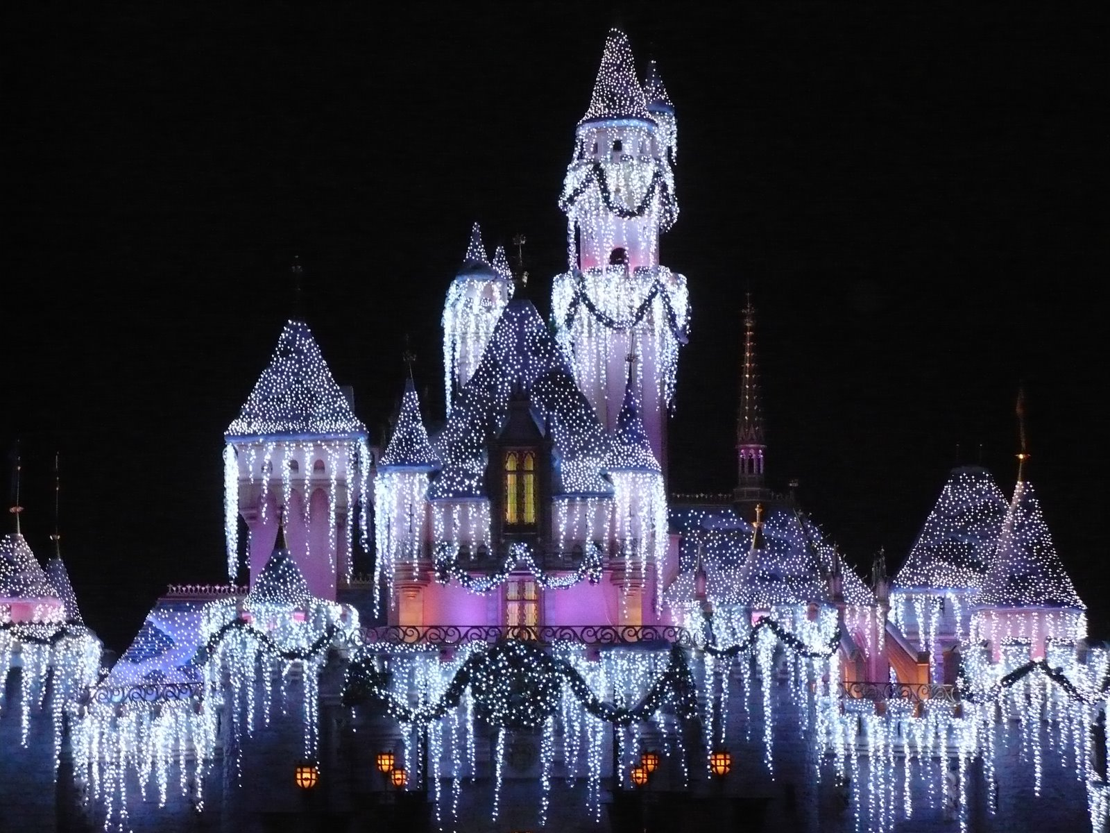 Wayfaring mouse the world of disney for the young at heart disney disneyland castle at christmas voltagebd Images