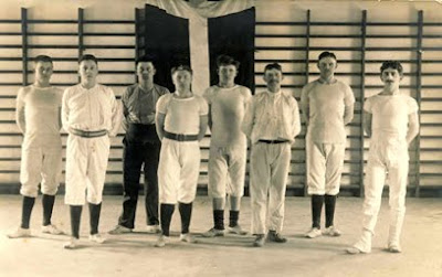 Gymnaster i Havnelev Forsamlingshus ca. 1920-1930 - klik for større billede